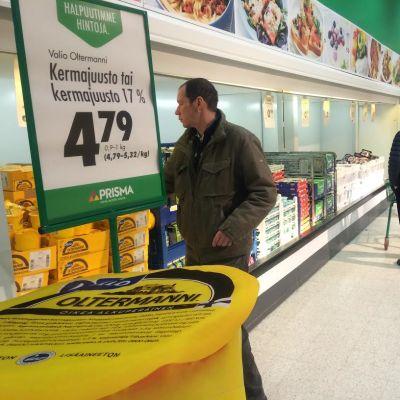Ihmisiä ostoksilla Hämeenmaan kaupassa.