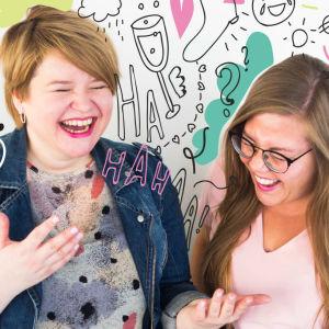 Anna Karhunen ja Tiia Rantanen nauravat. Tausta käsitelty pinkillä ja vaalean vihreällä.