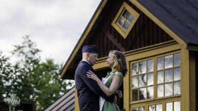 Kärleken mellan Gösta (Roland Engström) och Lilian (Alexandra Mangs) är komplicerad. Foto: Johanna Överfors
