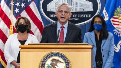 USA:s justitieminister Merrick Garland står på ett podium och talar.