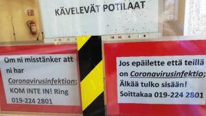 En skylt vid ingången till en jourpoliklinik.