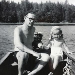Marja-Liisa Honkasalo isänsä kanssa moottoriveneessä.