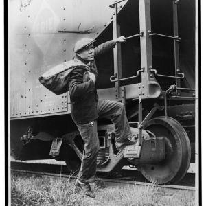 Junapummi hyppäämässä liikkuvaan junaan, 1935