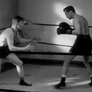 Painija Ilmari Ruikka ja nyrkkeilijä Erkki Piispa ottelevat (1956).