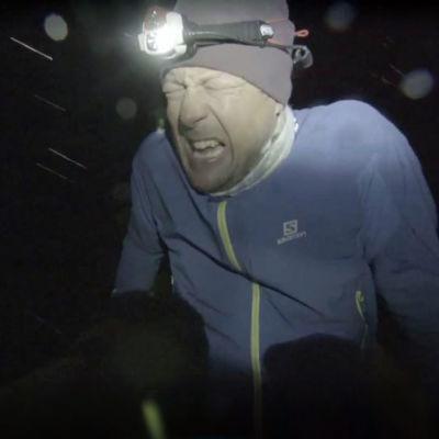 Mikko Peltola uupuneena piemeässä metsässä.
