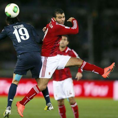 Egyptiläisen Al-Ahlyn Emad Meteab taistelee pallosta Monterreyn Cesar Delgadoa vastaan.