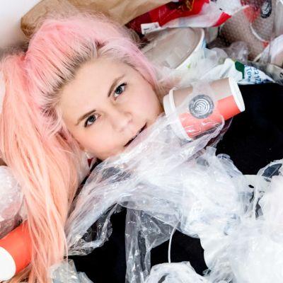 Norjalainen toimittaja Line Elvsåshagen makaa muovikasassa