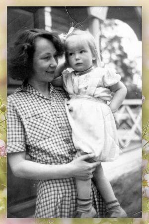Vegas sommarpratare Tuva Krsströms svartvita fotografi med sin mamma författaren Mirjam Tuominen.enne som barn i famnen på