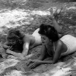 Kaksi naista uimarannalla