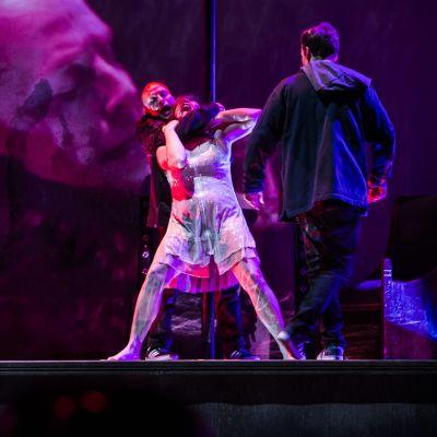 Lotta Vaattovaara esittää Bessiä Oulun kaupunginteatterin Breaking the waves -draamassa.