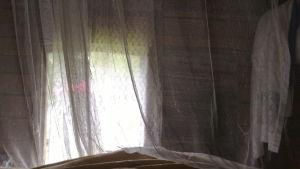 aitan ikkunassa pitsiverhot