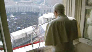 Påven ber från residenset i Vatikanen.