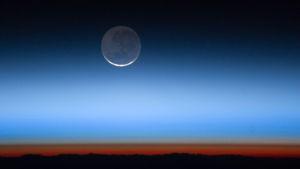 Kuu siintää ilmakehän läpi.