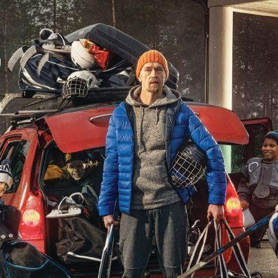 familj står vid bilen på väg till hockeyträningar