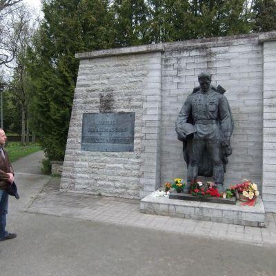 Turistguiden Dimitrij Salej (till vänster) framför Bronsoldaten i Tallinn.