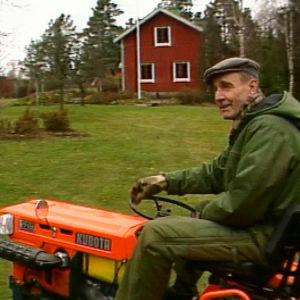 Mauno Koivisto ajaa pienoistraktorilla