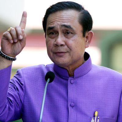 Thaimaan pääministeri sormi pystyssä ilmoittaessaan sotatilalain kumoamisesta