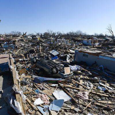 talon kivijalka, raunioita, roskia, auto katollaan