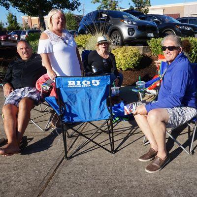 Auringonpimennystä ihailemaan saapuneet turistit Oregonissa Keizerin taukopaikalla.