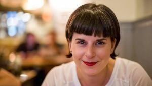 Alexandra Deschamps-Sonsino hymyilee kuvassa.