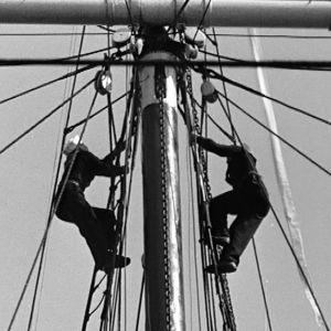 Meripojat kiipeävät mastoon.