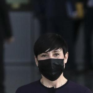Norges utrikesminister Ine Eriksen Søreide tittar in i kameran med ett svart munskydd på sig.