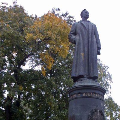 Felix Dzerzhinskin patsas Muzeon-patsaspuistossa.