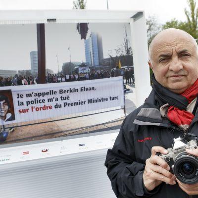 Valokuvaaja Demir Soenmez teoksensa edessä.