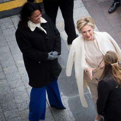 Hillary seuranaan Bill Clinton.