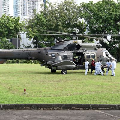 Helikopteri, josta siirretään ulos paareja.