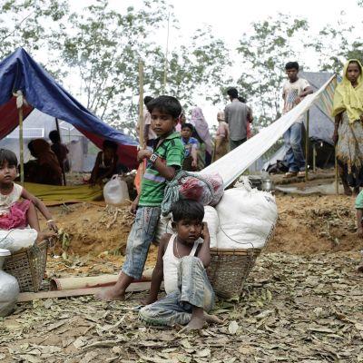Bangladeshiin paenneita rohingya-muslimeita väliaikaisessa telttamajoituksessa.