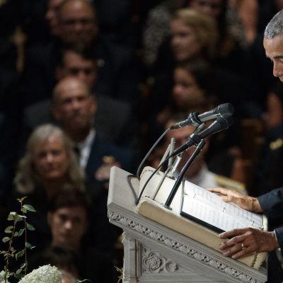 Barack Obama puhuu senaattori John McCainin muistotilaisuudessa Washingtonissa 1.9.2018.