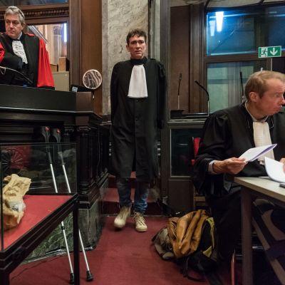 Asianajajia oikeustalossa