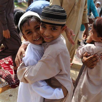 Pakistanin Karachissa lapset ja aikuiset riemuitsivat ramadanin päättymisestä.