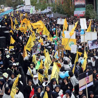 Iranilaiset osoittavat mieltään USA:n entisen suurlähetystön luona Teheranissa.
