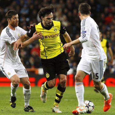 Borussia Dortmundin Mats Hummels (kesk.), Real Madridin Xabi Alonso (vas.) ja Daniel Carvajal.