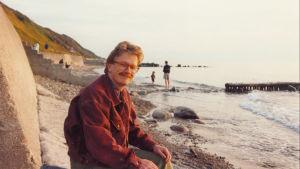 Kari Enqvist meren rannalla.