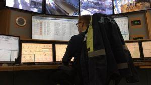 Kontrollrum vid kraftverket Vaskiluodon Voima i Vasa. Anställd följer med produktionsvärden på datorskärmar.