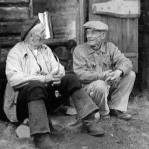 Kaksi miestä portailla