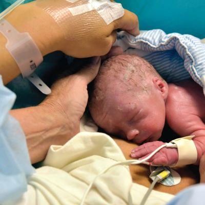 Världens första baby vars mamma har fått en ny livmoder via organdonation.