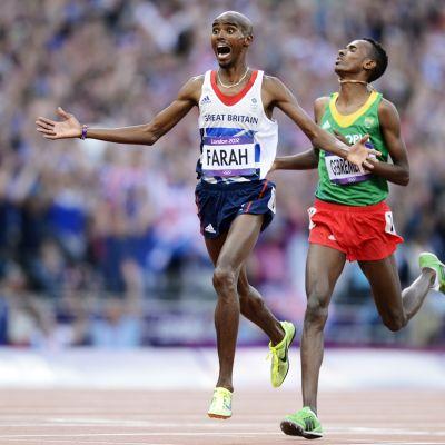 Mo Farah tuulettaa voittoaan.