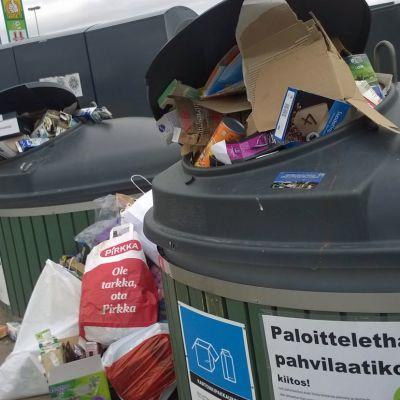 Täysiä kierrätysastioita molokkeja kartonkikierrätys