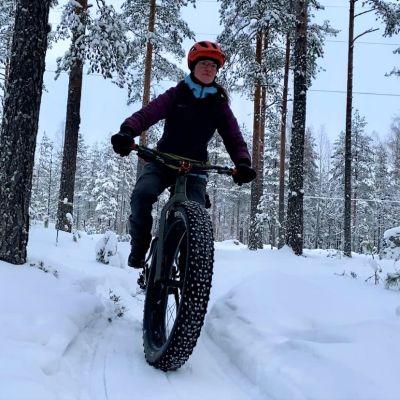 Pyöräilyseura Riden aktiivi Päivi Hautamäki nauttiin talvisen metsän tunnelmasta.