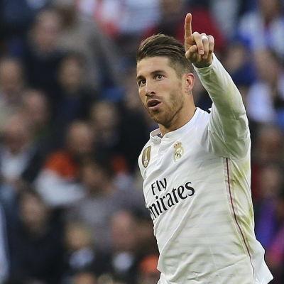 Fotbollspelare firar mål.