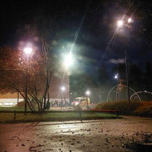 Ambulanssi Karhuvuoren urheilutalon pihalla Kotkassa.