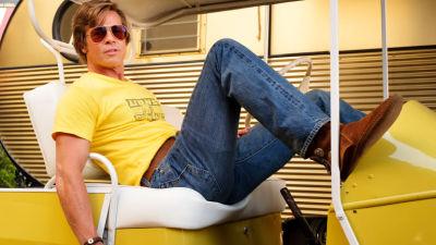 Brad Pitt poserar i liten bil.