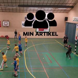 Killar spelar handboll.