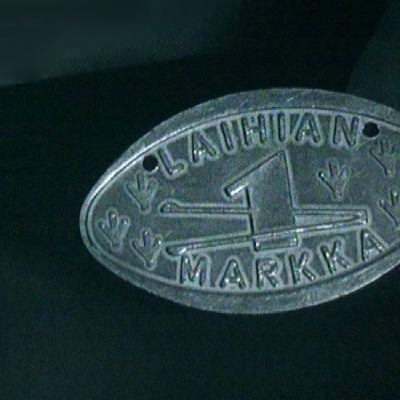Ohjelmassa esitellään Laihian omaa markkaa, jonka kätevästi voi vaikka naulata seinään kiinni.