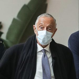 Den konservativa presidenten Marcelo Rebelo de Sousa är favorit i presidentvalet i Portugal som påverkas av det kraftigt försämrade coronaläget i landet.