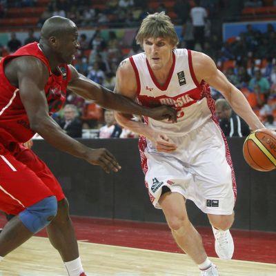 Andrei Kirilenko pallon kanssa